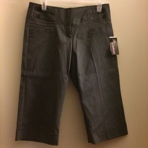 NWT Womens Gray Capri's Size 7